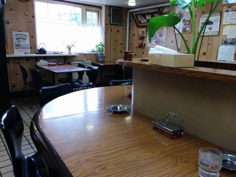 元祖インドカレー小池 中央カウンター席とテーブル席