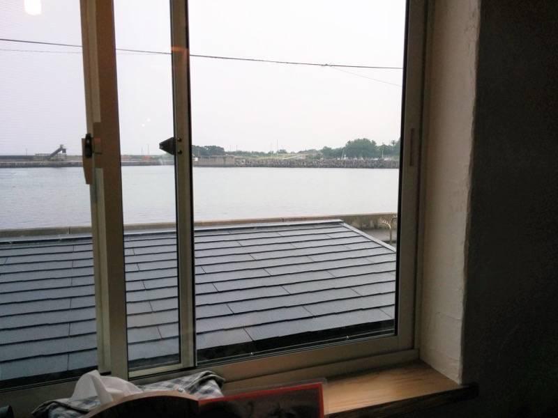 スマイリー 窓から見える海