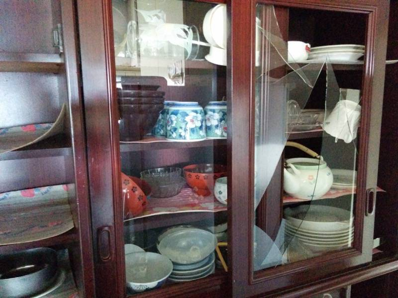 熊本地震本震後の食器棚