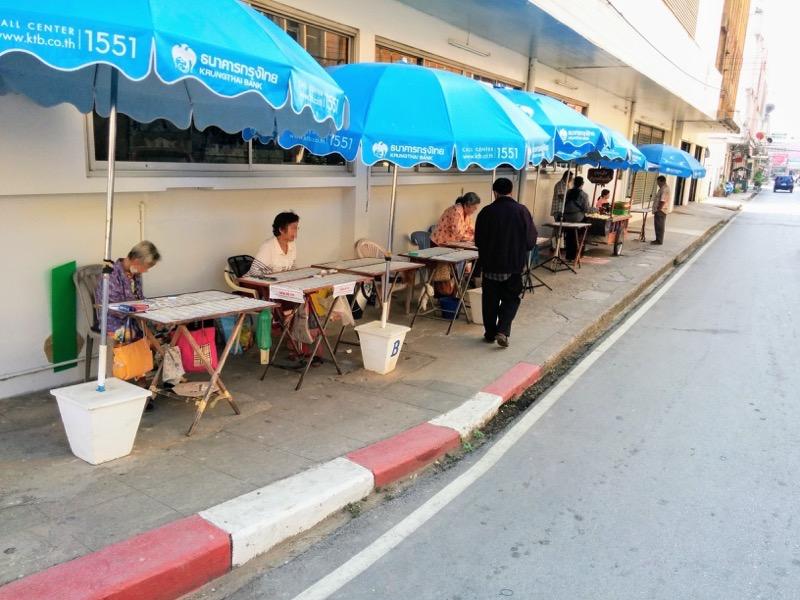 11Singhawat Rd沿いの露店