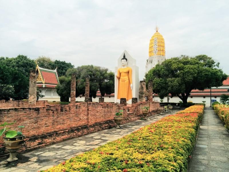 31拝殿の仏像とお堂