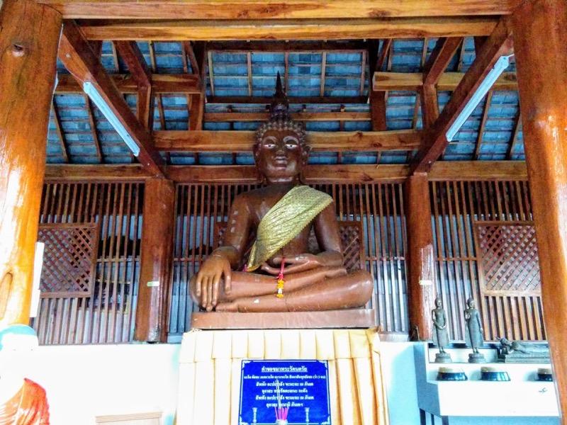 08礼拝堂の仏坐像