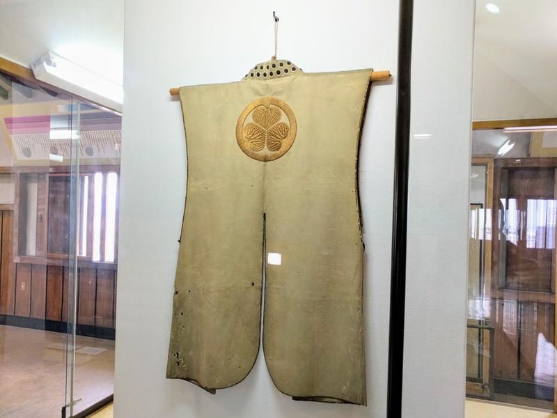 50天守二階 葵紋革製陣羽織